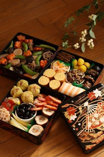 様々な種類のお料理が並べられた、美しいおせち。色合いに強弱をつけて盛り付けると、より美味しそうに盛り付けることができます。