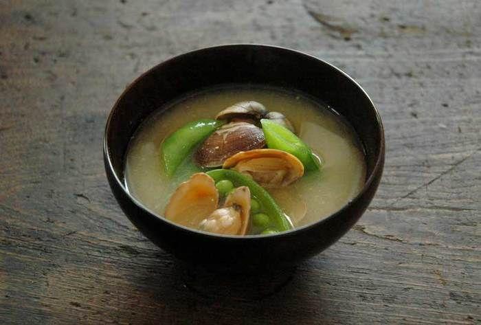 和食の汁物と言えば、毎日飲む方も多いお味噌汁ですね。 朝からお味噌汁をいただけば、体も温まり栄養もとれて一日を元気に過ごせそうです。そんなお味噌汁ですが、朝の忙しい時はなかなか作る時間が取れない、という方も。