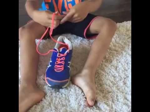 Haar zoon strikt zijn veters de eerste poging dankzij haar slimme trucje, wat is dit goed bedacht zeg! - Zelfmaak ideetjes