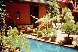 Resultado de imagem para piscina com jardim no meio