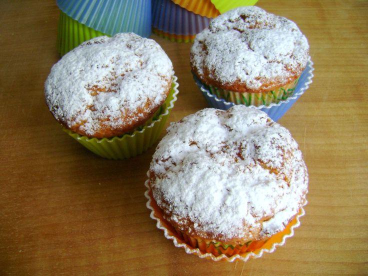 Nascono da una confezione di philadelphia da consumare questi muffin, soffici e delicati. Perfetti per la colazione di tutti i giorni. Potete arricchirli con delle gocce di cioccolato.