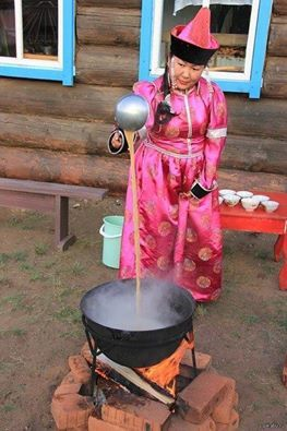 Познакомьтесь с нашими братьями и сестрами! (Kardeşlerimizi tanıyın!) Бурятский чай. Кипит вода, желательно на открытом огне в таганке или котле.  В воду насыпают чай черный, зеленый брикетный, прессованный, дают немного покипеть Потом наливается молоко - желательно свежее, не из пакетов. Все это тщательно перемешивается поварешкой - идет обогащение кислородом На сковороде растопить масло или внутренний говяжий жир, добавить перетертый ячмень обжаренный и немного соли (крупной) Все это…