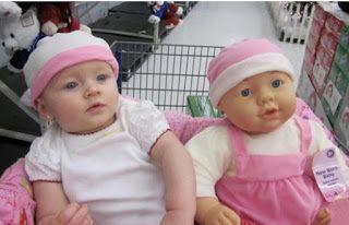 20 αστείες φωτογραφίες μωρών που μοιάζουν απίστευτα με της κούκλες τους
