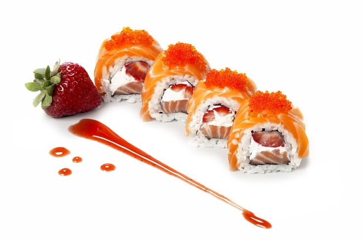 STRAWBERRY MAKI - Rolo de sushi com salmão, morangos, queijo Philadélfia, tobiko (ovas de peixe voador) e strawberry su/  Sushi roll with salmon, strawberry, Philadelphia cheese, tobiko (flying fish eggs) and strawberry su
