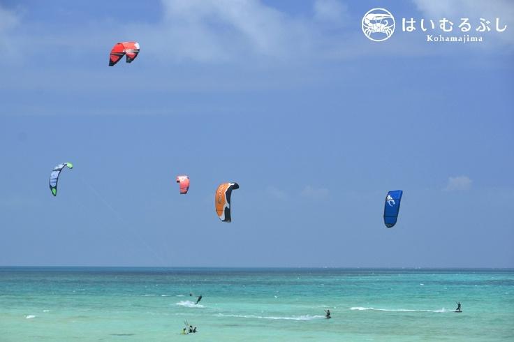 小浜島の周囲は、サンゴ礁に囲まれているため、カイトサーフィンには最適のゲレンデです。  一年中、カラフルなカイトが美ら海に舞っています。