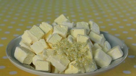 Bodzás pillecukor Hozzávalók:  30 dkg cukor 1 dl házi bodzaszörp 2 evőkanál méz 16 g zselatin + 6 evőkanál házi bodzaszörp csipet só leheletnyi sárga ételfesték  Hempergetéshez:  1 evőkanál kukorica keményítő + 1 evőkanál porcukor