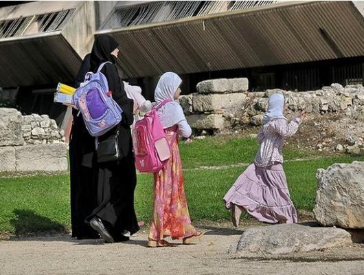 Iri Dengan Kebahagiaan Anak-anak Muslim, Ibu Prancis Ini Ajak Anaknya Nyantri di Masjid