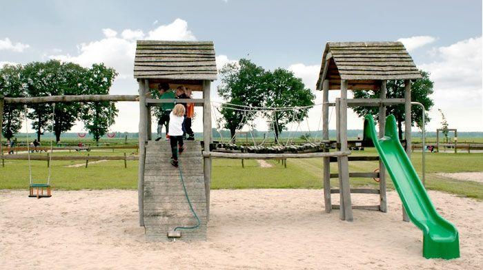 Het Platteland. Een boerenerf met binnen- en buitenspeeltuin. Lekker klimmen, schommelen, springen en glijden! Er is een lange skelterbaan, een grote kinderboerderij en in de zomer vele waterspelletjes en een buikschuifbaan. Met een boerenterras en boerenwinkel. Aanrader!