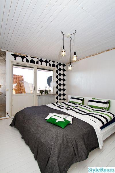 sovrum,renovering,svart,vitt,säng,tapet,trägolv,lampor
