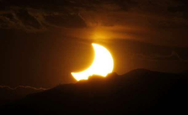 Vista del eclipse solar anular en las Montañas Rocosas, el 20 de mayo de 2012. El cielo en Norteamér... - David Zalubowski