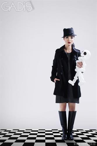 Dapat undangan party dengan tema black outfit? Style berikut bisa menjadi contoh!