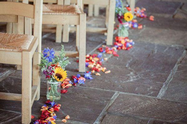 petals + flowers in jars aisle decor http://weddingwonderland.it/2015/07/matrimonio-rustico-bohemien.html