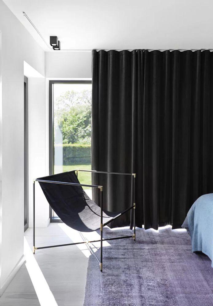 Velour gardiner i Emil Thorups soveværelse i sommerhuset