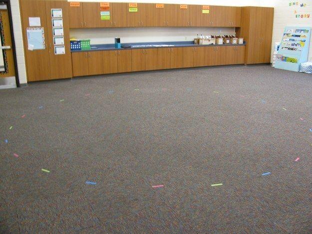 El velcro en la alfombra sirve para que le indiques a los niños los lugares en donde tienen que sentarse… | 37 trucos increíblemente ingeniosos y útiles para los maestros de escuela