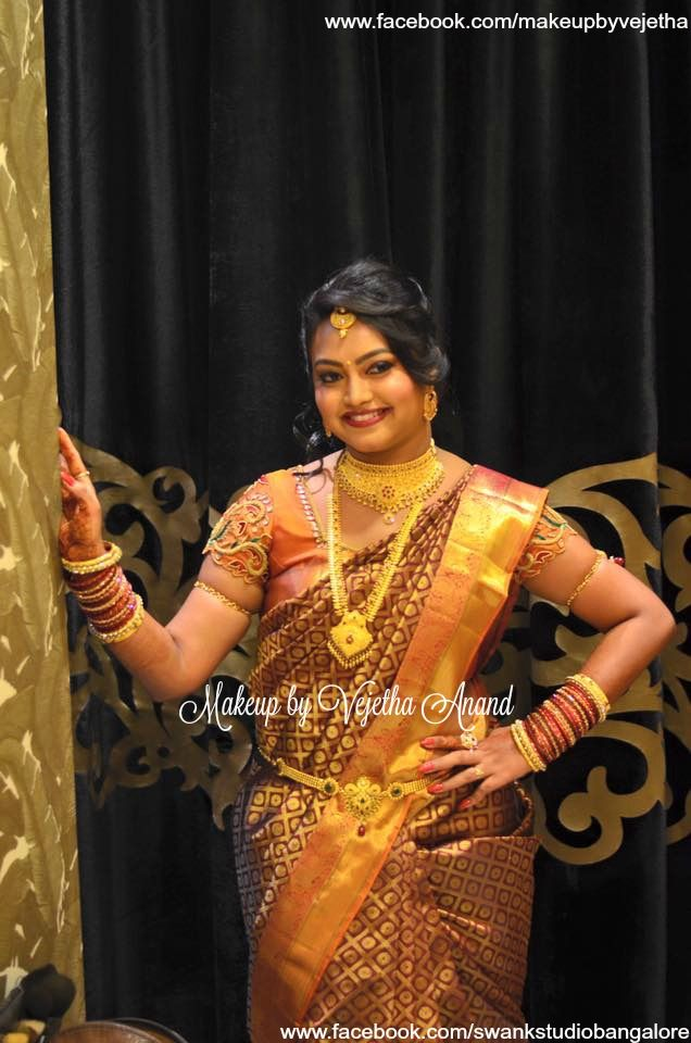 Traditional Southern Indian bride, Sowmya wears bridal silk saree and jewellery for her Reception. Makeup and hairstyle by Vejetha for Swank Studio. Silk sari. Tamil bride. Telugu bride. Kannada bride. Hindu bride. Malayalee bride. Bridal Saree Blouse Design. Indian Bridal Makeup. Indian Bride. Gold Jewellery. Statement Blouse. Find us at https://www.facebook.com/SwankStudioBangalore