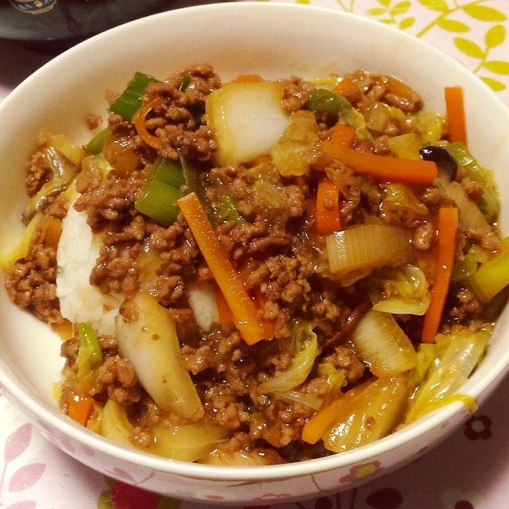 今日の夕ご飯は冷蔵庫の残り野菜を作って甘辛のあんかけご飯を作ってみました♪今日は人参・しいたけ・ねぎを使いましたが、その他その他キノコ類や青梗菜・タケノコとかも美味しいかも! 生姜もよく効いてます。 美味しくいただきました(^-^)