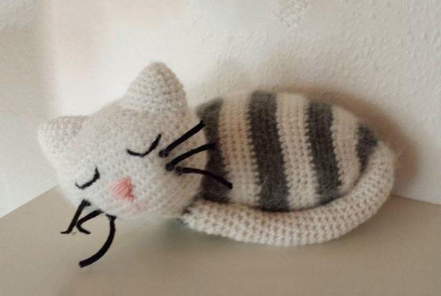 En skøn hækleopskrift på en hæklet kat, der sover.