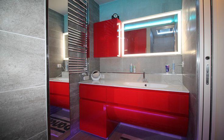 Rénovation d'une salle de douche par les bains & cuisines d'Alexandre - Architecte d'intérieur et coordinateur de travaux : Gillet Denis  Douche à l'italienne carrelée avec banc integré, et Paroi de douche escamotable permettant un plus de confort niveau accessibilité, également des niches de rangements sur le côté droit permettant de ranger les produits.