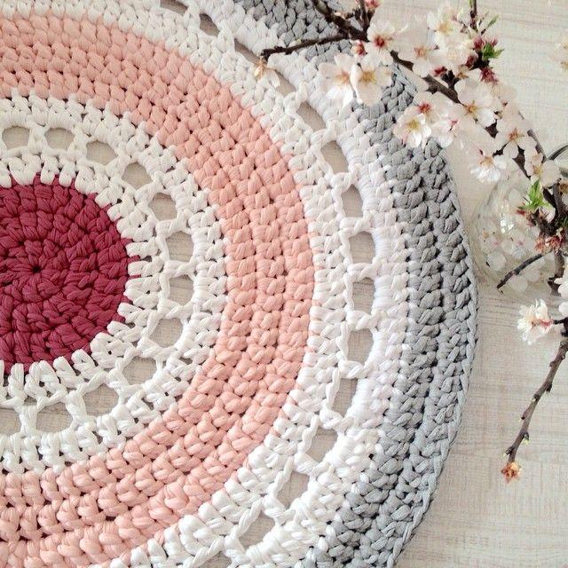 "155 curtidas, 19 comentários - Crochet XXL & Macrame (BCN) (@loopsbylaura) no Instagram: ""Os gusta esta combinación? #alfombra #ganchillo #hechoamano #rosa #blanco #gris #decoracion…"""