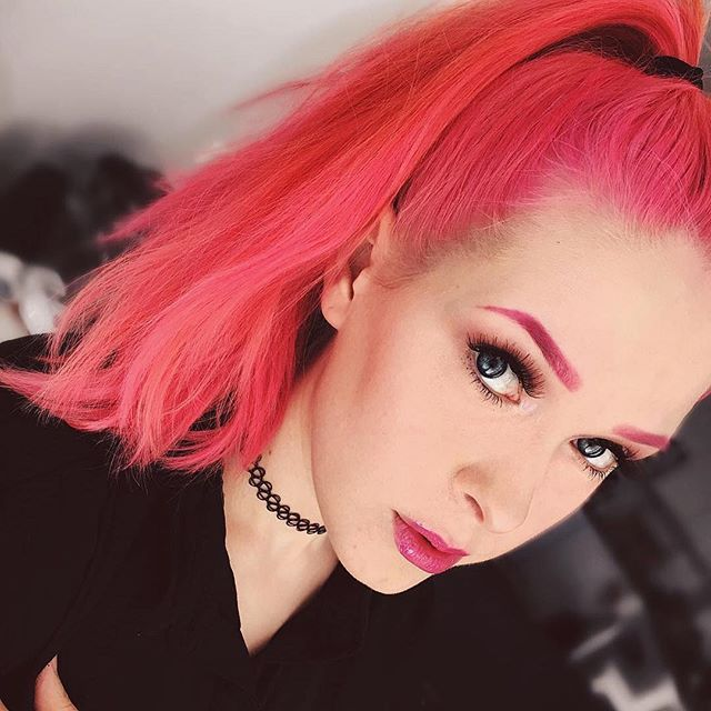 #Repost @maanomeikkaa ・・・ Pink brows & high ponytail  #pinkhair #pinkbrows #pinkhairdontcare #mua #makeup #smokeyeyes #hermansamazinghaircolor #cybershoptampere #cybershopinsta #hermanshaircolor #hermanprofessional #vegan #unique @hermanshaircolor @cybershopinsta