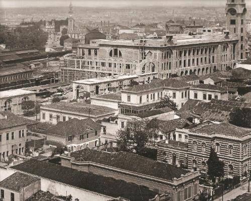 1925 - Estação da Sorocabana (Estrada de Ferro), em 1951 denominada Júlio Prestes - Ainda em construção, tendo ao fundo a torre da Estação da Luz. - 1925.