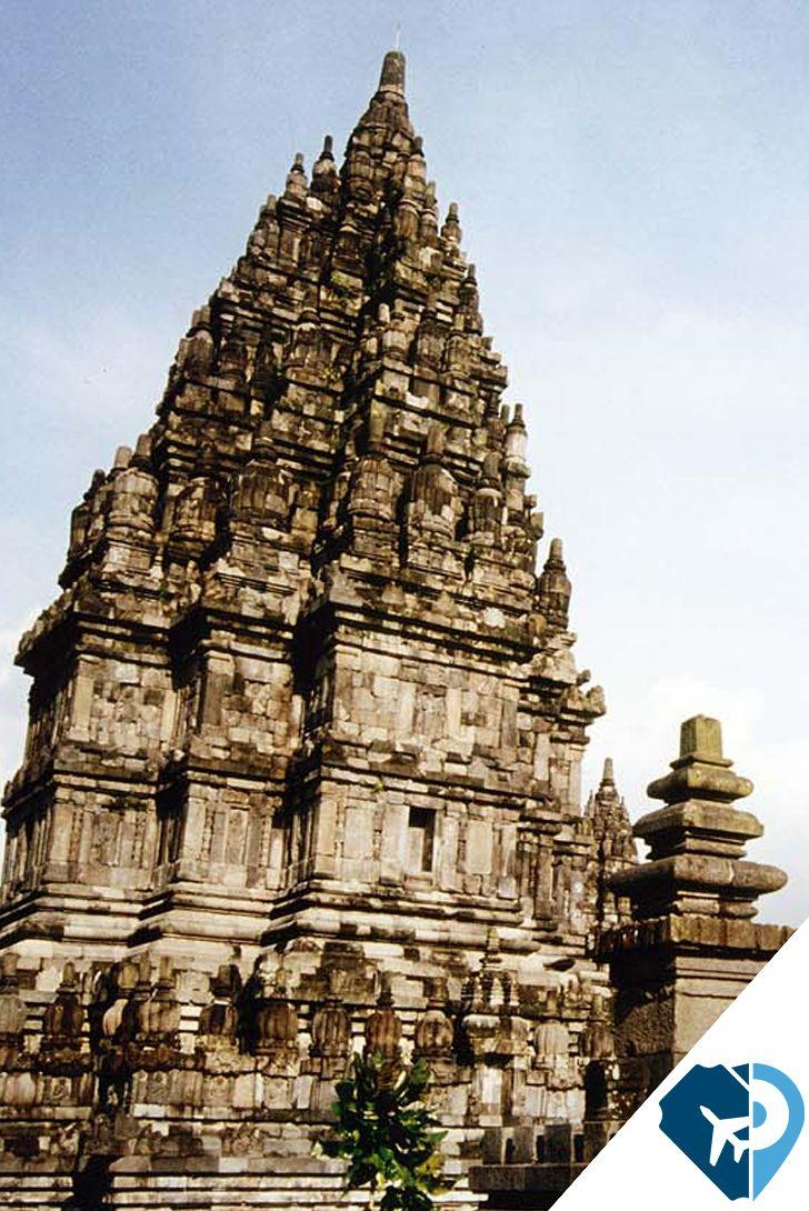 """Java, Indonesia Aquí se encuentra el hermoso complejo de templo hindú de Prambanam y el mundialmente famoso templo budista de Borobudur. Borobudur, es una expresión que significa """"Montaña de la acumulación de los méritos de los diez estados de Bodhisattva""""."""
