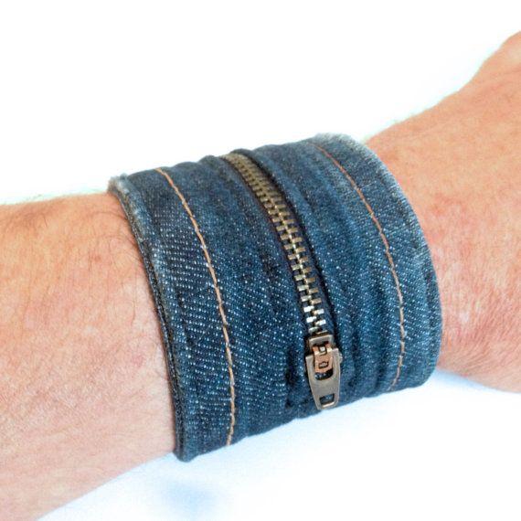 Esta pulsera del dril de algodón es hecho a mano con piezas de jeans reciclados con pestañas alrededor de los botones. Se cierra con dos botones de estrellas de metal cobre/negro. La tela es denim azul lavado y gastado con pestañas blancas. La pulsera está hecha de diferentes pares de pantalones vaqueros, que trae pequeñas variaciones de textura y color. El centro cuenta con una cremallera que se abre.  Medidas aproximadas: ----------------------------------------------------------------...