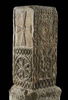 Tenante de altar Visigodo Piedra arenisca, esculpida. Altura, 100,3 cm.; anchura, 43 cm. Siglos VI- VII d.C Museo Arqueologíco