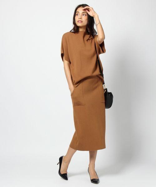 「今日、何着て行こう?!」に即応えられるSET UPです。 SETUPで着ればBAGと靴を履くだけでキマリます。 ミラノリブなのでカジュアルすぎず、忙しい朝でも簡単!  TOPSは二の腕の太さを気にせず着れる幅と袖丈、そして柔らかいニュアンスが出しやすいよう身頃と袖は切り替えないデザイン。 スカートはスニーカー~ソックス&パンプス、ブーティーまで幅広く対応できます。  貼りポケットが効いているので、TOPSにシンプルなTシャツを合わせると相性◎。  SETUPでも単品使いもできる便利アイテムです。