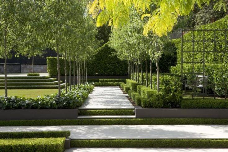 Formaler Garten mit Splittweg und Heckenpflanzen