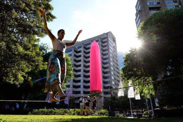 La Caja de Pandora: Un condón de 18 metros de altura para concienciar ...