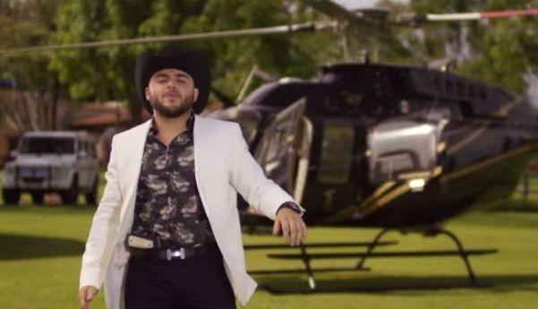 """Gerardo Ortiz portando una camisa italiana Dolce & Gabbana en su video musical del tema """"El Cholo""""."""