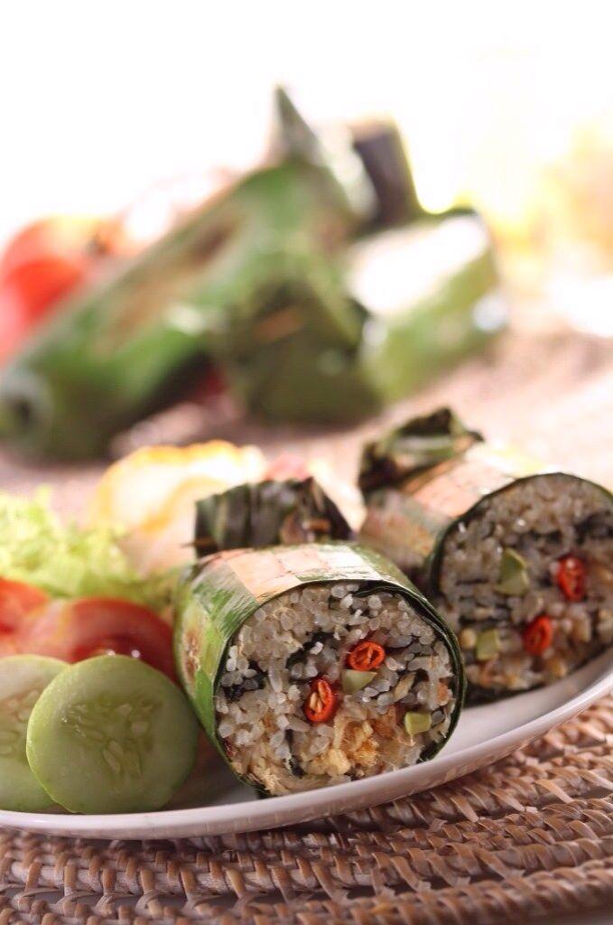 Nasi Bakar.  Nasi putih yang ditumis dengan bawang merah, bawang putih, sereh, lengkuas, daun kemangi, cabai dan di mix dengan ayam suwir, petai dan potongan ikan asin. Dibungkus dengan daun pisang dan dibakar hingga wangi.