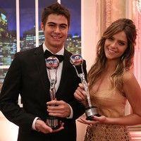 Isabella Santoni e Rafael Vitti ganham prêmios por papéis em 'Malhação' e comemoram juntos