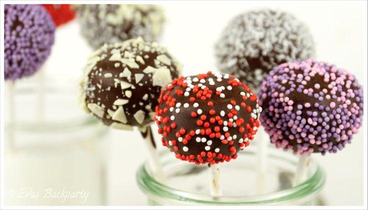 Diese kleinen Cake Pop nennen sich Cookie Dough. Sie bestehen im Gegensatz zu den klassischen Cake Pop nicht aus Kuchenteig sondern aus Plätzchenteig.