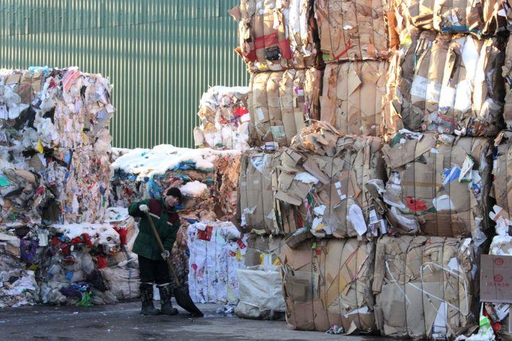эксперименте по раздельному сбору мусора. // Дело в том, что доля мусора, годного к переработке, в случае обычного сбора не превышает 5—10%, а при раздельном достигает 70%. Повторное использование 1 тонны пустых бутылок экономит производителю около 12 баррелей нефти, и если страны Евросоюза сумеют перейти на стопроцентную переработку тары к 2020 году, то, по утверждению ассоциации, им удастся сэкономить сырья на 1 миллиард баррелей.