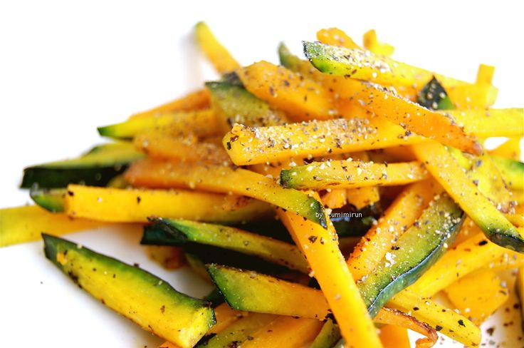 ☆材料:1人分☆ 南瓜 70〜80g オリーブオイル 適量 塩 ひとつまみ 胡椒 適量  1 南瓜はごく細い細切りに。フライパンにオリーブオイル少々を熱し、塩ひとつまみを先にオイルになじませます(これがコツ!)。南瓜を入れて2分くらい炒め、まだシャッキリ固いうちに火を止めます。好きなだけ胡椒を振っていただきます。