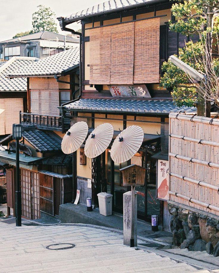 .Film 不知為什麼多年來我每次興起出遊之念最先想到的常是京都到了京都我總是反覆地在那十幾處二十處地方遊繞並且我總是在門口張望我總是在牆外駐足我幾乎要稱自己是京都的門外漢了 舒國治門外漢的京都 #二年坂 #二寧坂 #京都 #KYOTO #フィルム by bubu_zhang