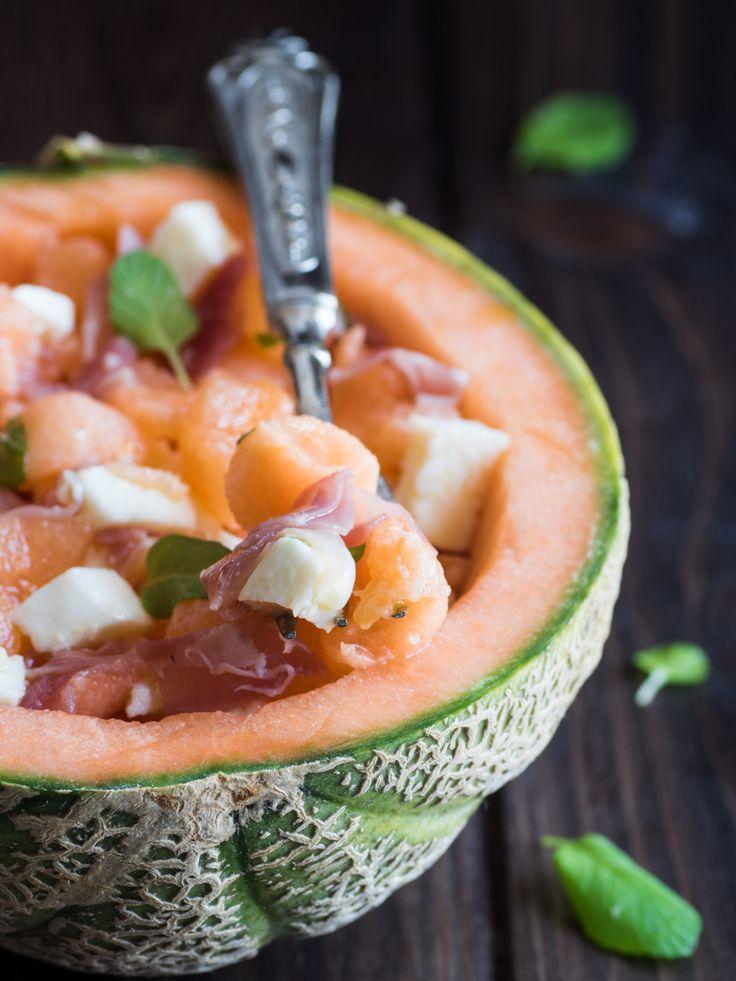 L'insalata di melone, crudo e mozzarella, aromatizzata con qualche fogliolina di menta, è un piatto fresco adatto alla bella stagione.