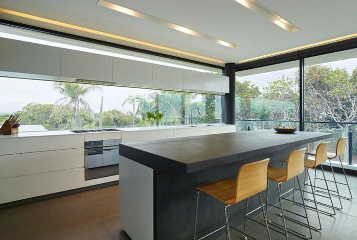 Küche mit Panorama Fenster und Beton Kücheninsel