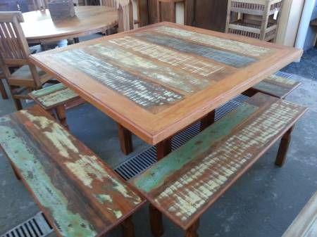 Mesa quadrada rústica medindo 1,20m x 1,20m, em peroba rosa, madeira de demolição. Acabamento com tinta colorida e verniz náutico. Linda! Garden e House Campinas!