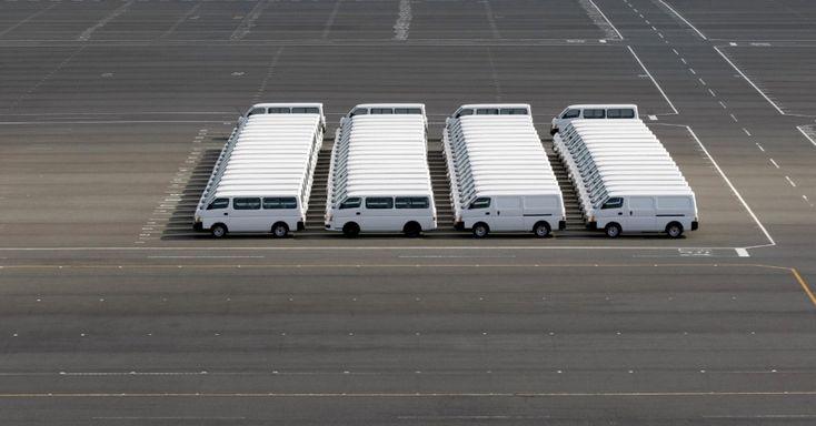 Falha em Matrix? Vans estacionadas na fábrica da Nissan no sul de Tóquio criam imagem bizarra (e hollywoodiana!)