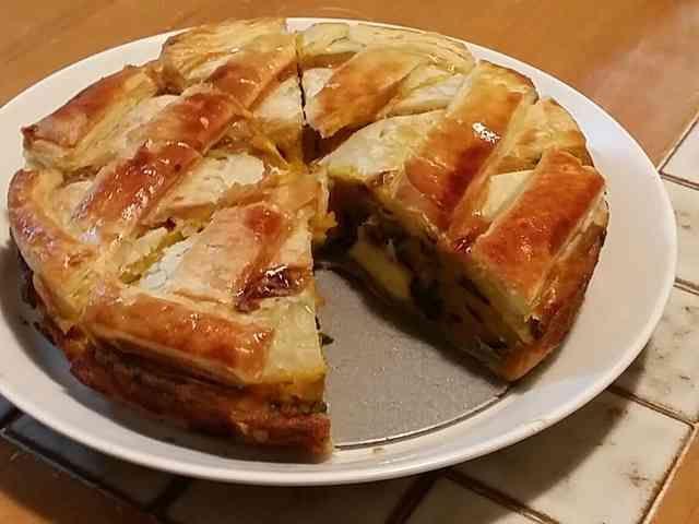 クリームチーズが入った、かぼちゃパイ  材料 (21㌢のスポンジケーキ型) かぼちゃ 1/2個 冷凍パイシート 一袋 クリームチーズ 200㌘ 三温糖 50㌘ 小麦粉 30㌘ バター 20㌘ 卵黄 2個  作り方 1 かぼちゃを皮つきで乱切りしてレンジでチン 2 かぼちゃに、三温糖・小麦粉・バター・卵黄を混ぜ合わせる。 (卵黄は少し残しておく→後でパイにぬる) 3 冷凍パイシートの半分をスポンジケーキの型に敷く。 4 サイコロ状のクリームチーズを散らす。 5 型にかぼちゃ生地を入れる。 6 冷凍パイシートをかぶせ、卵黄を塗る。 7  180度~200度のオーブンで15分~20分焼く。 (ときどき焼き具合を見る)