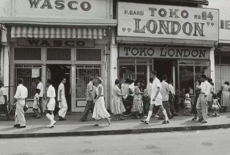 Pasar Baru, Jakarta 1930. Paser Baroe was a prestigious shopping area back then, the people here were mostly European. Nowadays Paser Baroe has been left behind compete with the high rise expensive malls mushrooming in Jakarta.
