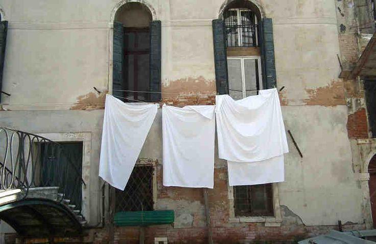 Изделия и вещи из белой ткани выглядят очень нарядно, торжественно и красиво. Но они имеют один существенный недостаток - быстро загрязняются, и от частых стирок теряют белизную. А вывести пятна с белого - вообще отдельная проблема. Так что же делать? Отказаться от такого белого и красивого? С