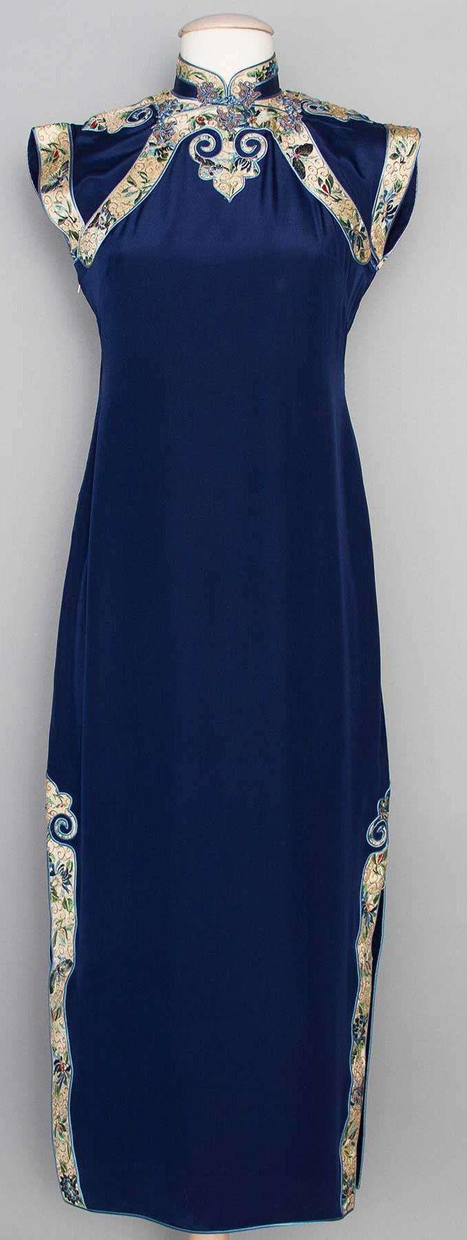 История китайского костюма насчитывает не одну тысячу лет. Костюм потрясает своей изысканностью, красотой формы, богатством цвета и сочетанием рисунков. Но не будем пытаться объять необъятное. Сейчас если вы скажете 'Китай', то, скорее, представите не многослойные кимоно с юбками-передниками, не хитроумные платья-халаты Ханьфу, а подумаете о строгом платье-футляре с воротником стойкой и косым разрезом-застежкой.