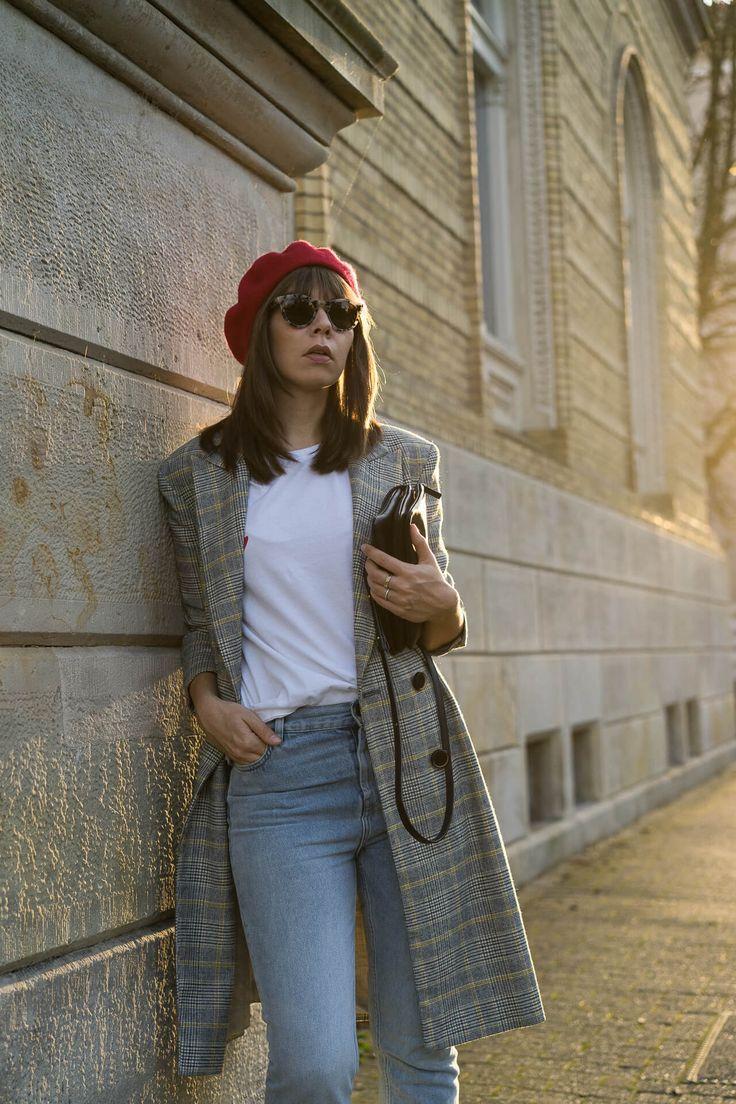 MUST-HAVE LANGER MANTEL MIT KAROMUSTER - Langer karierter Zara Mantel kombiniert mit Straight Fit Jeans und roter Baskenmütze sowie Céline Trio Bag.
