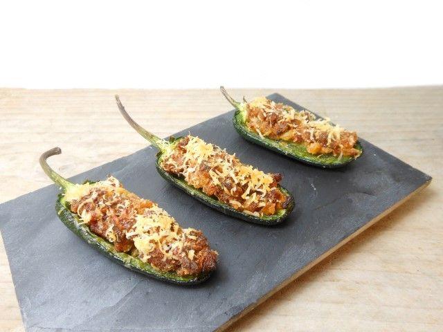 Deze jalapeno hapjes zijn simpel, snel en bovenal heel erg lekker! De pepers zijn nog wel een beetje spicy, maar de vulling heft dat goed op.