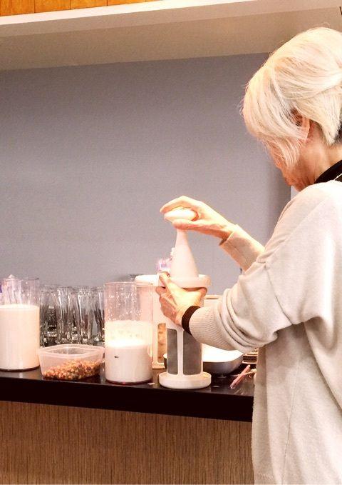生のタイガーナッツから、ナッツミルクならぬ「オルチャータ(タイガーナッツを絞ったミルク)」を作る