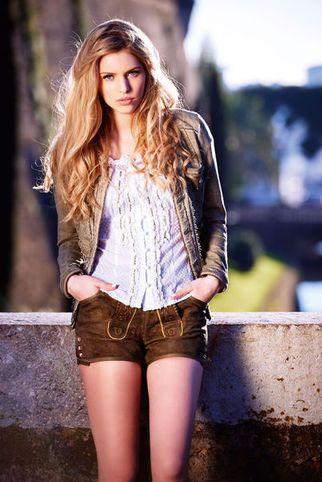 Kurze Lederhose Damen schlicht und sportlich kombiniert